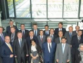 Fernández se reúne con embajadores de todo el mundo para 'vender' las empresas madrileñas