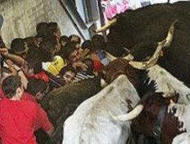 Dos heridos por asta de toro en el primer encierro de 'Sanse'