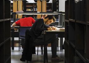 Estudiantes critican el incumplimiento del horario de la biblioteca de Usera