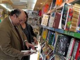 Fisas presenta en Vallecas cuatro nuevos bibliobuses