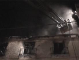 Un incendio obliga a desalojar a setenta vecinos en Centro