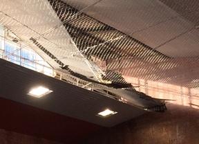 Porción del techo que se ha desprendido de la piscina.