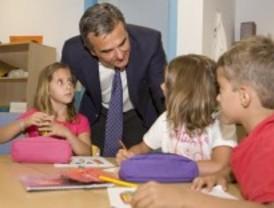 El alcalde de Majadahonda visita las Escuelas Educativas de verano de la localidad