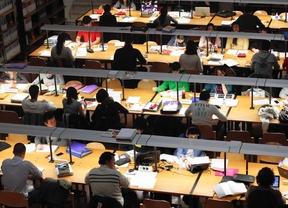 Estudiantes universitarios en la biblioteca