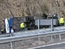 Tres fallecedios en el accidente de un microbús que regresaba a Madrid