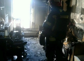 Herido muy grave al inhalar humo en el incendio de su vivienda