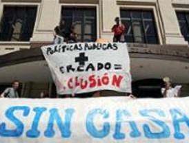 Los 'okupas' protestan ante la EMVS por la falta de vivienda