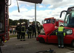Accidente. Choque entre un turismo y un autobús escolar. Dos jóvenes heridas.