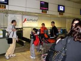 140 ecuatorianos damnificados por el cierre de Air Madrid llegan a Barajas en un avión de Defensa