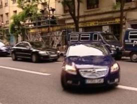 La Policía Municipal multa a los coches oficiales del PSOE aparcados en segunda fila en Ferraz