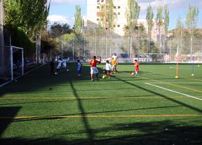 Lucha a tres bandas por los campos de fútbol de La Elipa