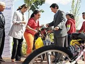 Calvo acompaña a medio centenar de niños para promover la movilidad sostenible