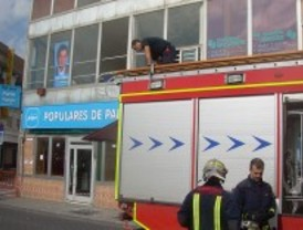 Unos desconocidos atacan la sede del PP de Parla y rompen un ventanal