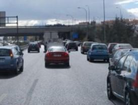 Un accidente complica el tráfico en la M-40