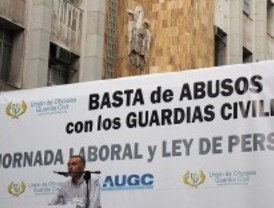 Un escudo franquista 'vigila' la manifestación de guardias civiles