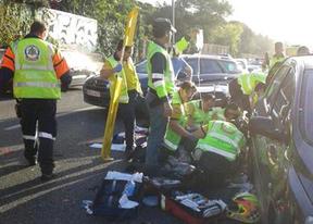 Efectivos del Samur atienden al motorista herido