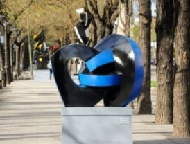 La escultora Sophia Vari decora el Paseo del Arte