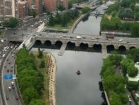 Desalojan a una decena de indigentes del Puente de Segovia
