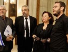 Los concejales de IU acuden vestidos de luto al Pleno sobre el caso Funeraria