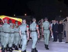 Los Reyes y las máximas autoridades despiden  en un funeral sobrio a los militares muertos