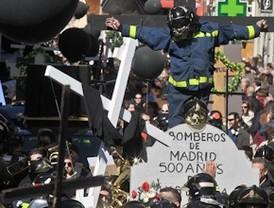 Los bomberos escenifican su entierro
