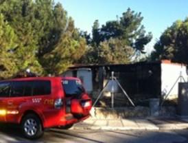 Arde una vivienda prefabricada de madera en Hoyo de Manzanares