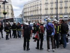 Los bomberos de AENA se manifiestan para protestar por la privatización de aeropuertos