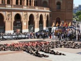 Los antitaurinos forman un toro sangrante ante la plaza de Las Ventas