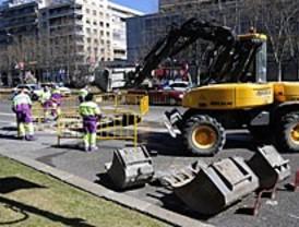 Un socavón obliga a cortar dos carriles de la Castellana