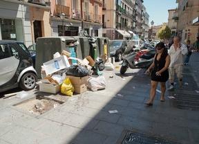 Calle de Augusto Figueroa, viandantes sortean un monton de basura y cristales rotos