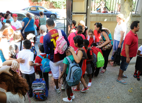 Niños y padres a la entrada del colegio publico