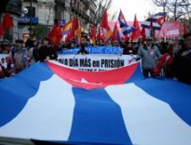 Multitudinaria manifestación en apoyo a la Revolución cubana