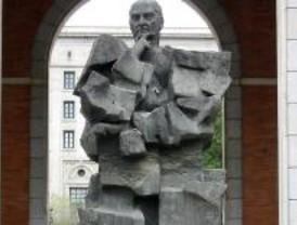 Un historiador considera que habría que retirar la estatua de Largo Caballero
