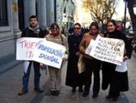 Los profesores interinos se concentran ante Educación por la homologación salarial