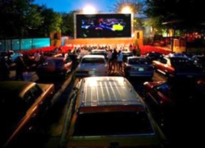 El parque de la Bombilla se convierte en un 'autocine' de coches antiguos