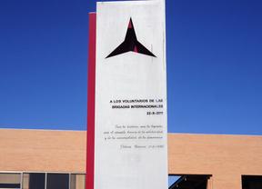 Monumento a las Brigadas Internacionales ante el vicerectorado de la Universidad Complutense
