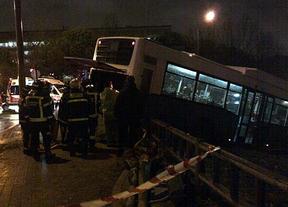 Cuatro heridos leves tras salirse de la vía un bus de la EMT