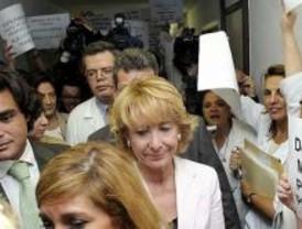 Aguirre y Güemes, abucheados por los trabajadores del Ramón y Cajal