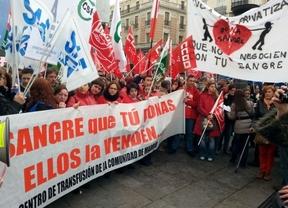 Los trabajadores protestan contra el nuevo 'reparto' de la donación de sangre