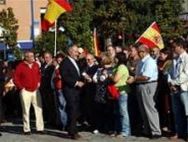 Más de 200 personas asisten al izado de la bandera española en Móstoles