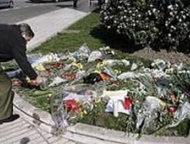 Decenas de ciudadanos depositan flores en Madrid por las víctimas de De Juana