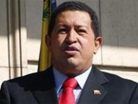 Hugo Chávez visita entre abucheos y aplausos la Casa del Libro