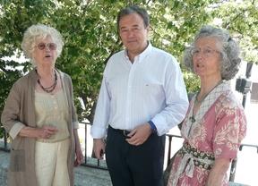 El alcalde de San Martín de Valdeiglesias, José Luis García , junto a Rosario (a la izquierda) y Dolores (derecha) Román, antes de  firmar la escritura de donación.