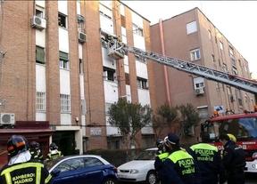 16 atendidos por inhalación de humo en un incendio en la calle Carabias