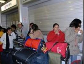 Centenares de viajeros de Air Madrid esperan en Barajas una solución