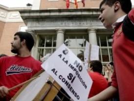 Escupitajos e insultos a Berzosa para pedir que los colegios mayores no sean mixtos