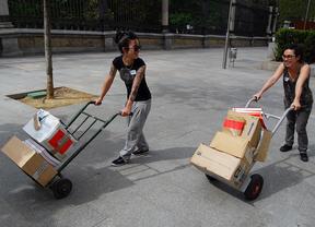 Dos mujeres trabajan cargando paquetes