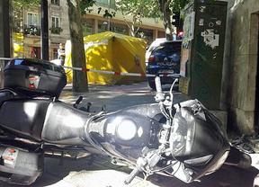 Dos heridos tras colisionar con su moto contra un turismo y una fachada