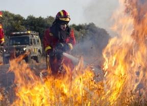 El incendio de Almorox continúa sin control, pero totalmente