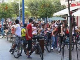 Decenas de miles de ciclistas recorren el centro de Madrid en la Fiesta de la Bicicleta